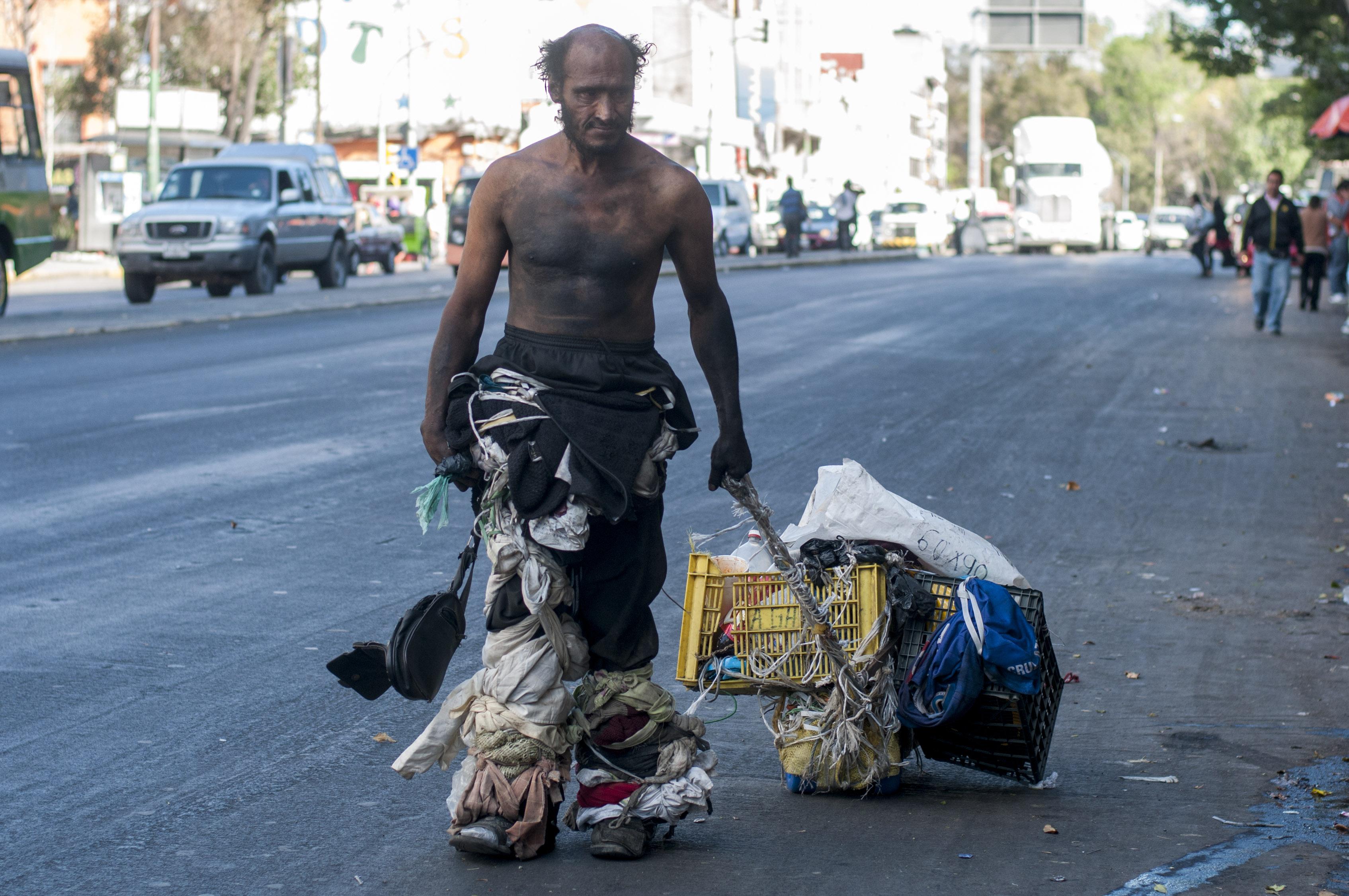Un hombre en situación de calle camina sobre avenida Izazaga, casi esquina con Pino