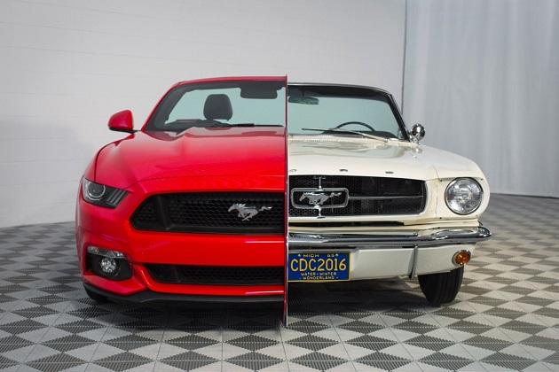 フォード、新旧2台の「マスタング」を接合した展示物を公開