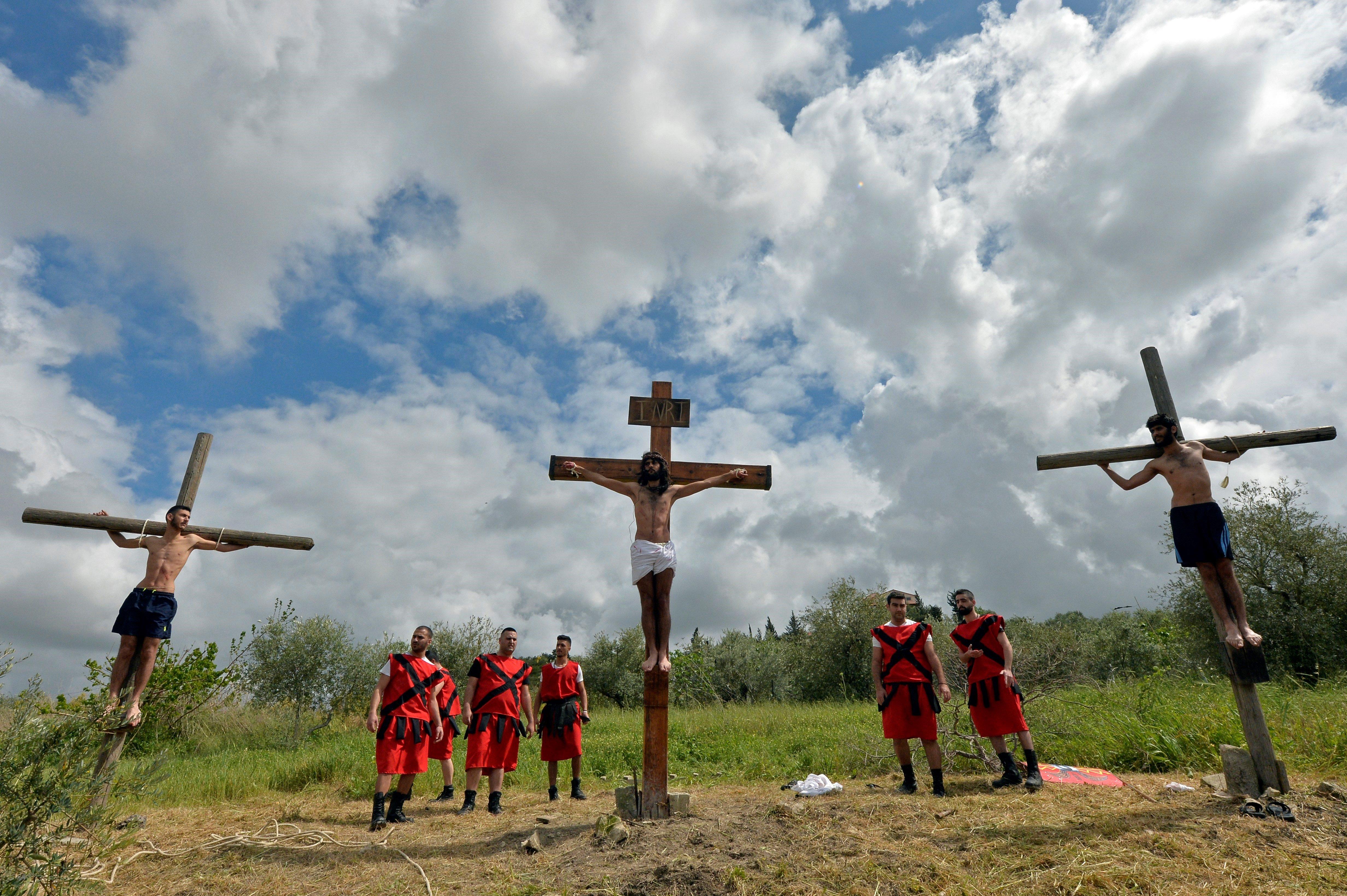 Cristianos libaneses recrean el Via Crucis durante el Viernes Santo en el pueblo