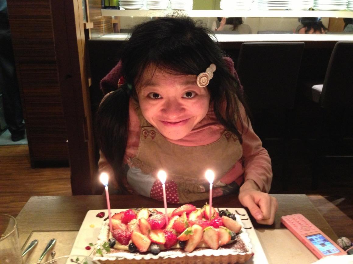 妊娠中に迎えた31歳の誕生日。あかちゃんが無事に生まれ、3人家族になれるよう、3本のローソクです。