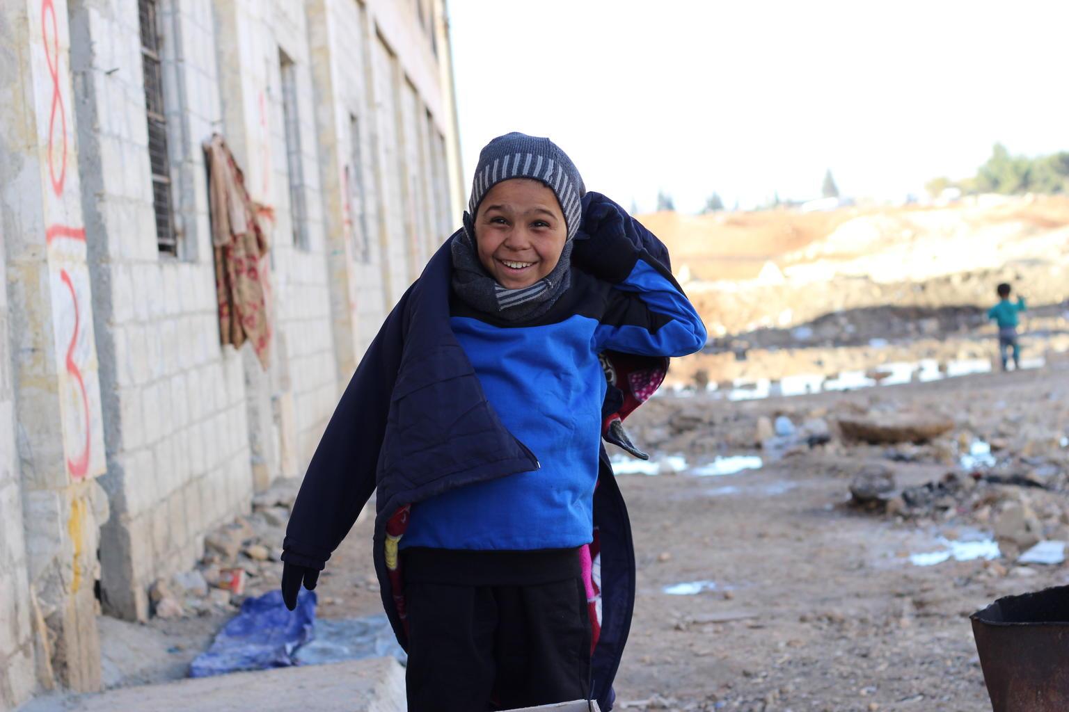 À Jibreen, Ahmed et ses quatre frères et sœurs, ont reçu des kits d'hiver de l'UNICEF afin d'affronter...