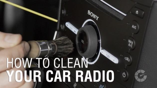 【ビデオ】車内にあるスイッチやタッチスクリーンなど電装品を掃除するコツと注意点をプロが伝授! ボタンの隙間のホコリを除去する効果的な方法とは?