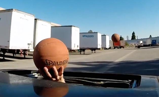 【ビデオ】運転しながらドリブルしてシュートを決めるという驚愕映像!