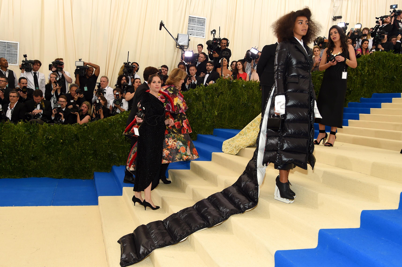 Au Met Gala 2017, Solange Knowles et sa doudoune à traîne valent le