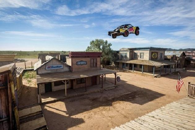 【ビデオ】レッドブルのブライス・メンジース、オフロードトラックのジャンプ世界記録を達成!