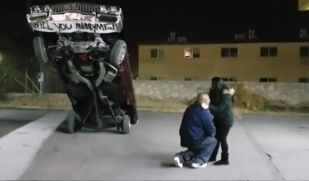 【ビデオ】ローライダー好きの男性が、愛車の「インパラ」をホッピングさせて彼女にプロポーズ!