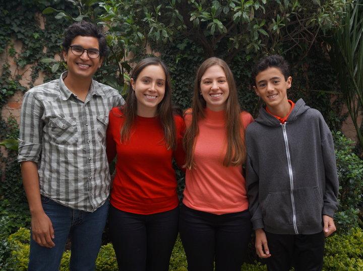 Cuatro de los 25 demandantes, incluida la abogada Gabriela Eslava (en rojo) y Valentina Rozo (en naranja) en Bogotá.