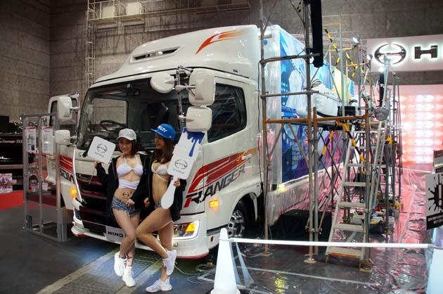 【大阪オートメッセ2018】これこそプロの仕上がり!! 日野のトラックに会場で絵を描く理由とは!?