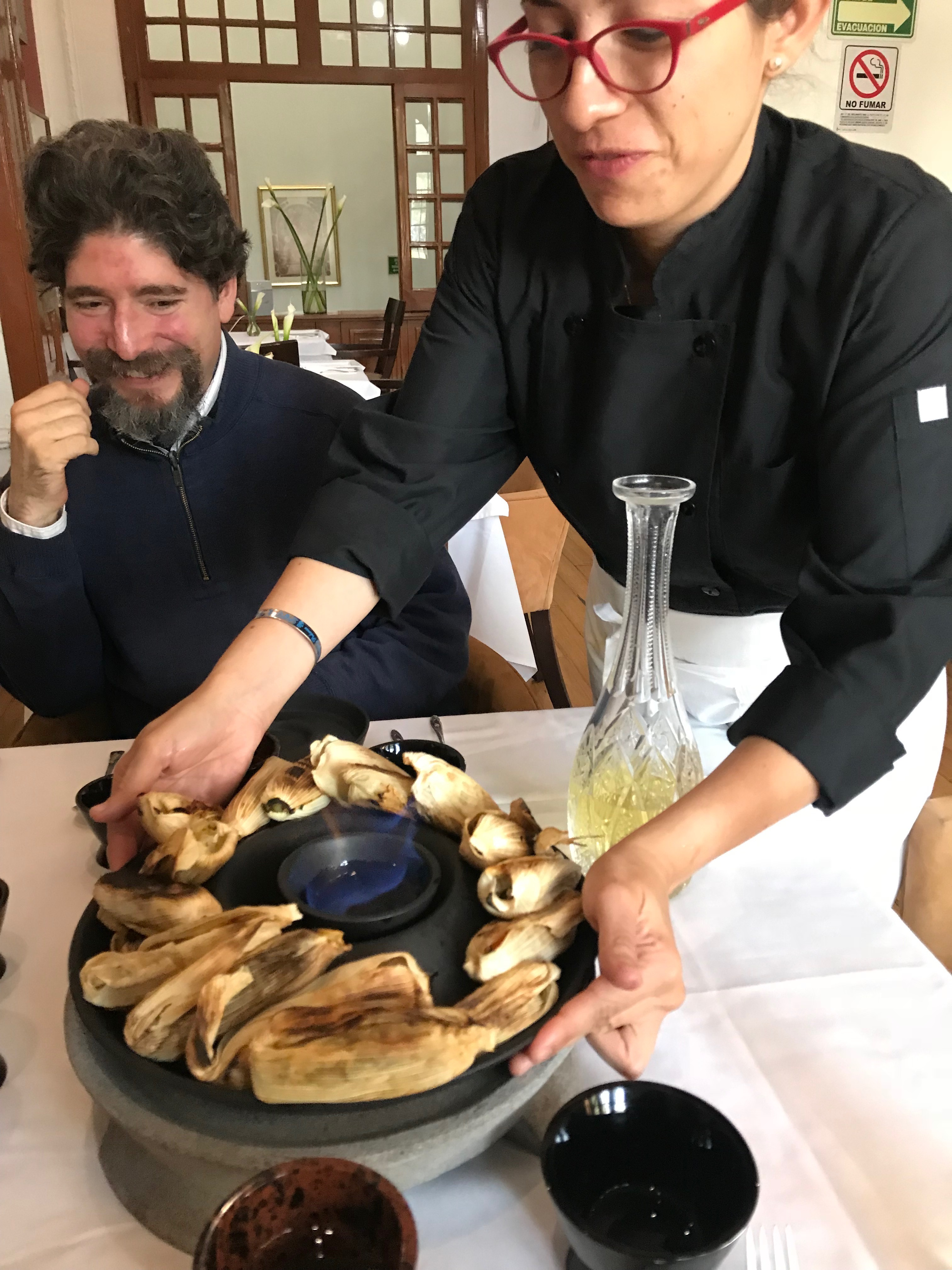 El chef Rodrigo Llanes y la chef Alejandra Gómez, con su apuesta de tamales, presentada en utensilios...