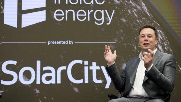 テスラ、屋根一体型のソーラーパネルと家庭用バッテリー「パワーウォール2」を公開