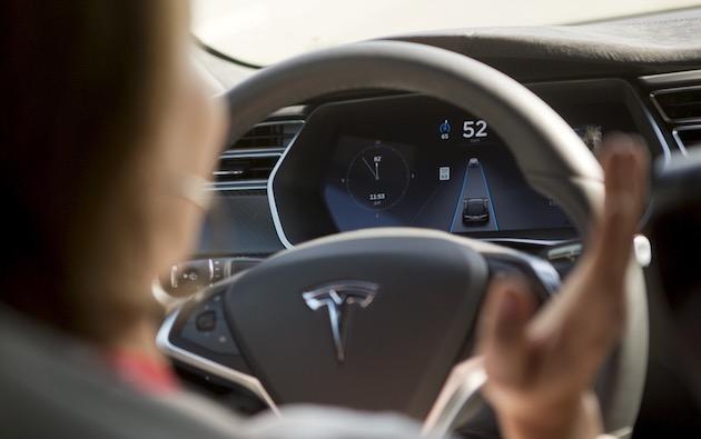 イーロン・マスク「Autopilotハンドル警告無視」するテスラ車オーナーに悩む。事故で警告増やせば苦情も増加