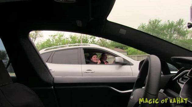 【ビデオ】「誰も乗っていないクルマが走っている!」テスラの半自動運転機能を使ったドッキリ映像