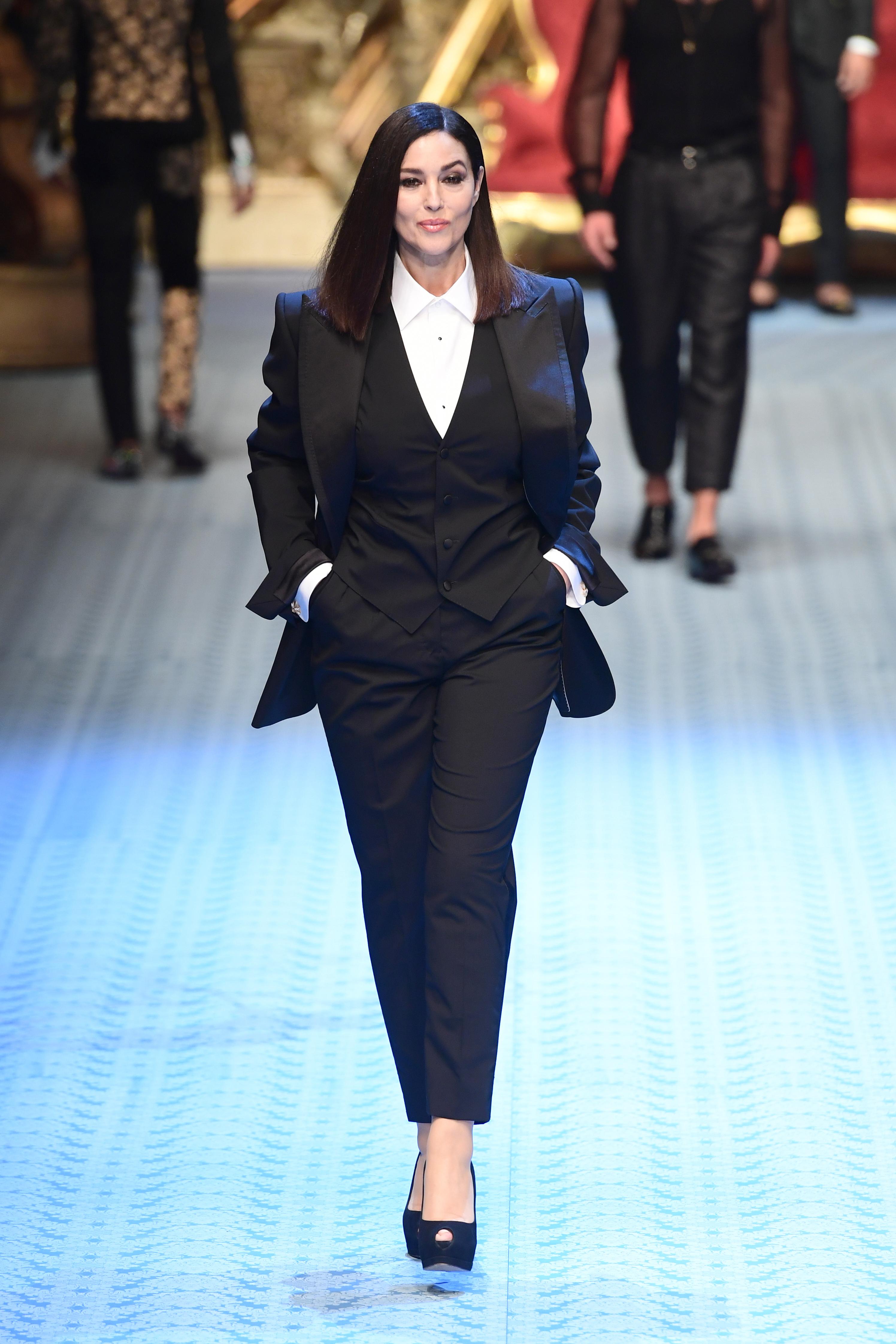 Monica Bellucci défile pour Dolce   Gabbana lors de la Fashion Week de  Milan, le c273c8acc0be