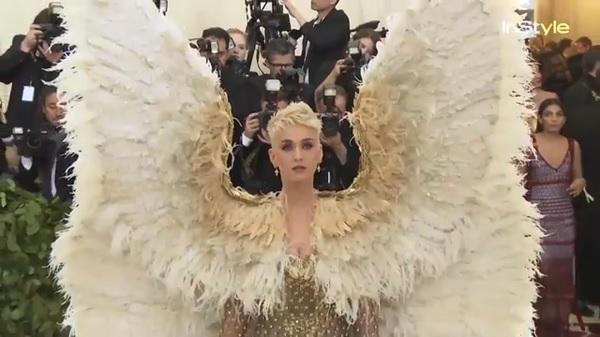 大きな天使の羽が付いた衣装を着こなすケイティ・ペリーに世界が衝撃!