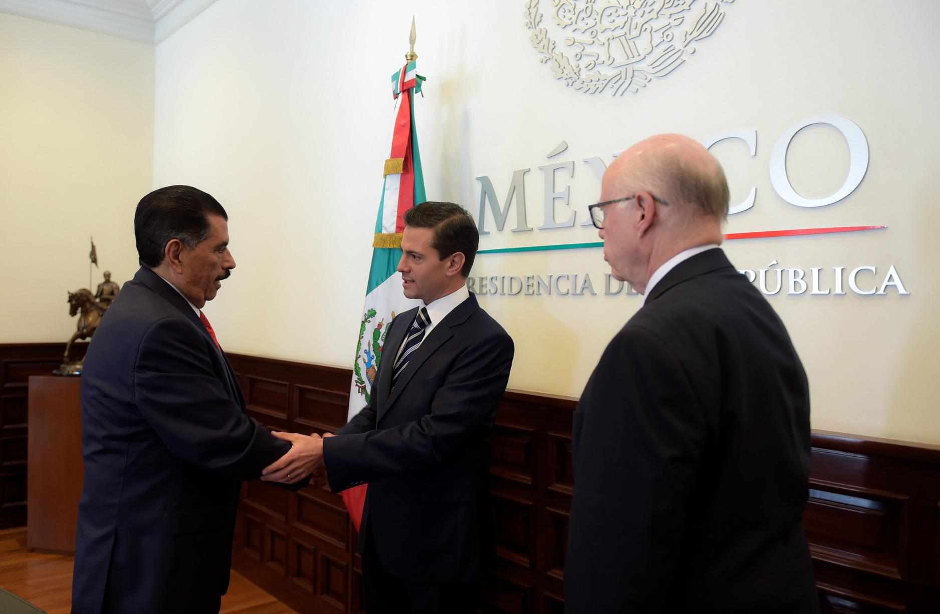 El presidente Enrique Peña Nieto toma protesta a Florentino Castro López como nuevo director general...