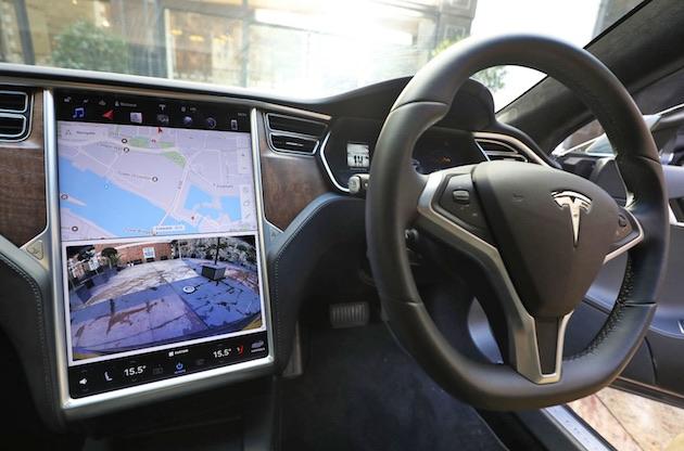 テスラの半自動運転機能を使用し、運転席無人のまま高速道路を走っていたドライバーが18カ月の免停に