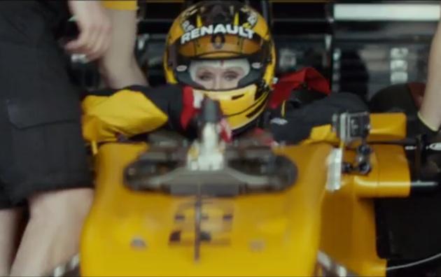 【ビデオ】79歳の女性が、800馬力のルノーF1マシンをドライブ!