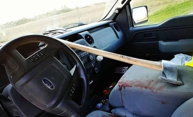 走行中にフロントガラスを直撃した物はなんと斧! 九死に一生を得たドライバーは事故前後の記憶を喪失