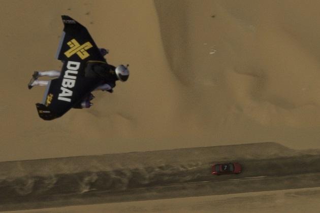 【ビデオ】ジャガー「XJR」がジェットエンジンを背負って空を飛ぶ「ジェットマン」と異種対決!
