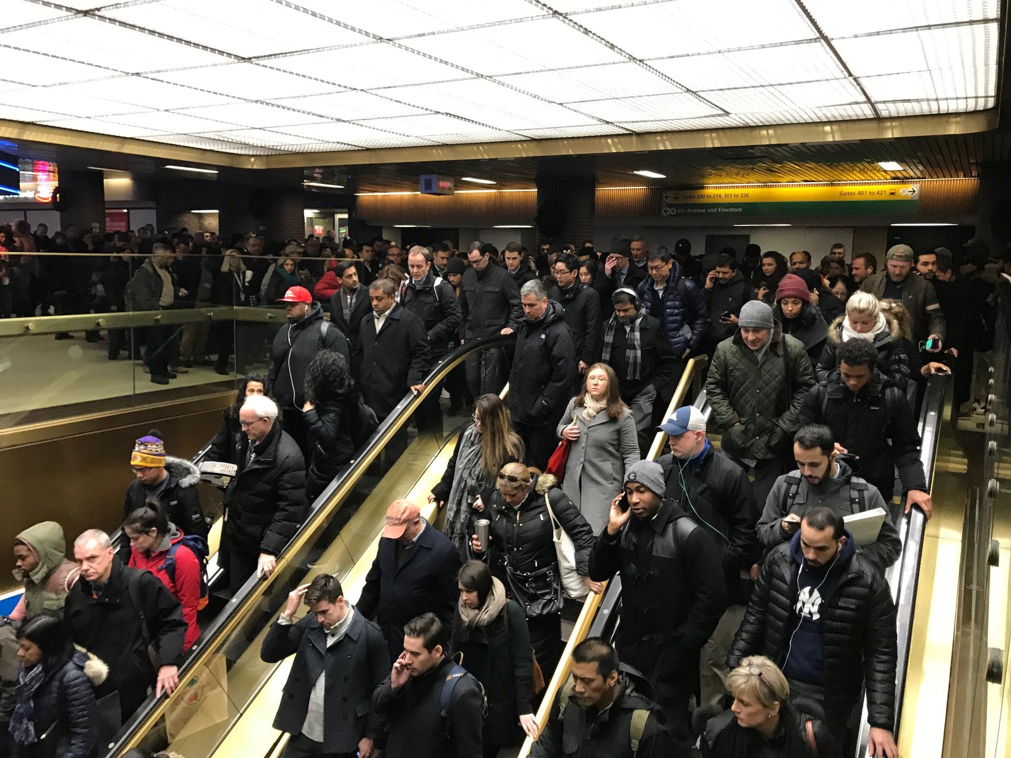 Personas son evacuadas de la estación Port Authority en Nueva York, después de que se registrara una...