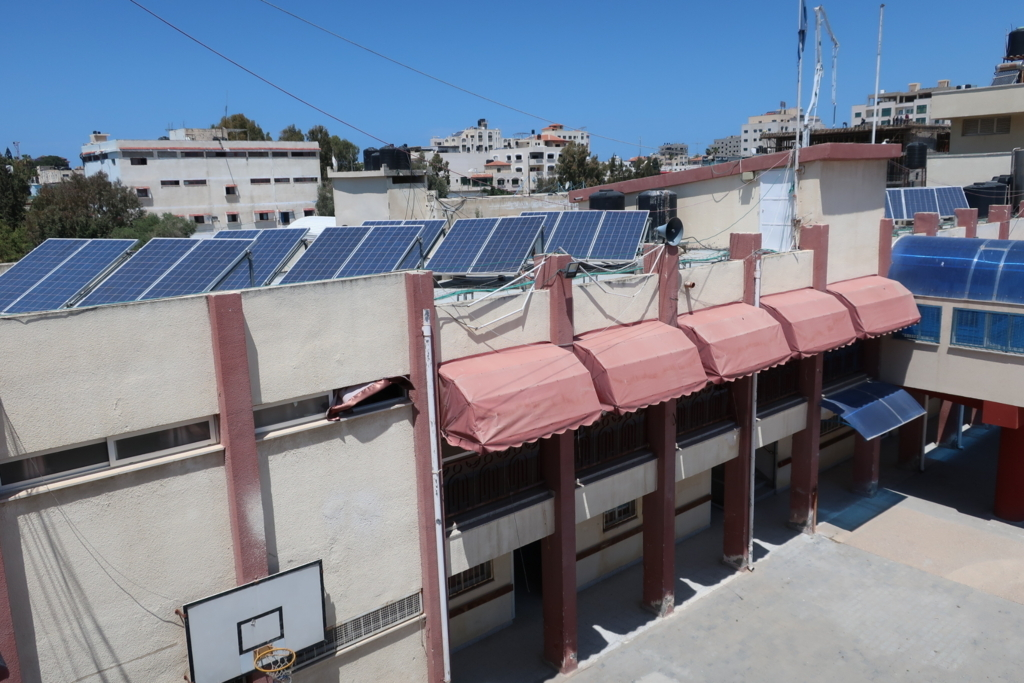 ソーラーパネルをフル活用してガザのエネルギー危機に対応する視覚障害者のためのリハビリセンター(RCVI)。1980年代後半から1995年まで日本の立正佼成会の支援を受けていた。その後、1996年に日本政府の支援で校舎の建て替えが行われ現在に至る