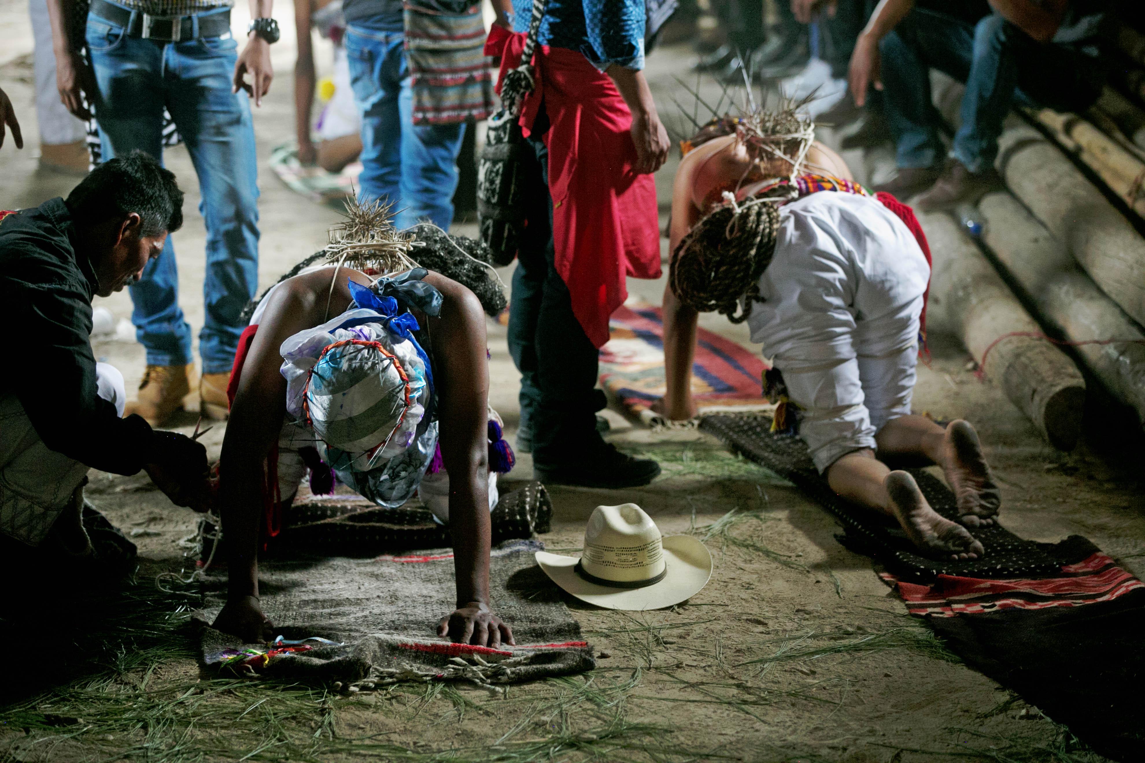 """Una historia de penitencia, dolor y fe, esos son los """"gateadores"""" del municipio indígena de..."""