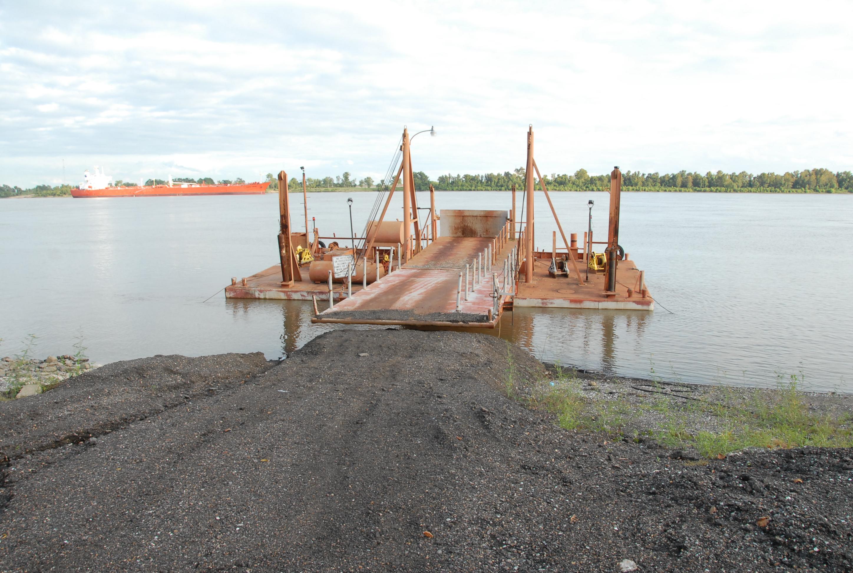 カービル療養所の開設した1894年当初、患者はニューオリンズ川を小船に引かれたバージ(石炭や木材等を運ぶ箱型の船)でこの川岸まで運ばれ、入所していった。