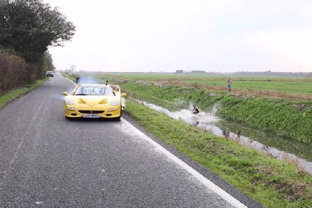 【ビデオ】フェラーリ「F50」で引っ張って道路脇の水路でウェイクボードをしてみた
