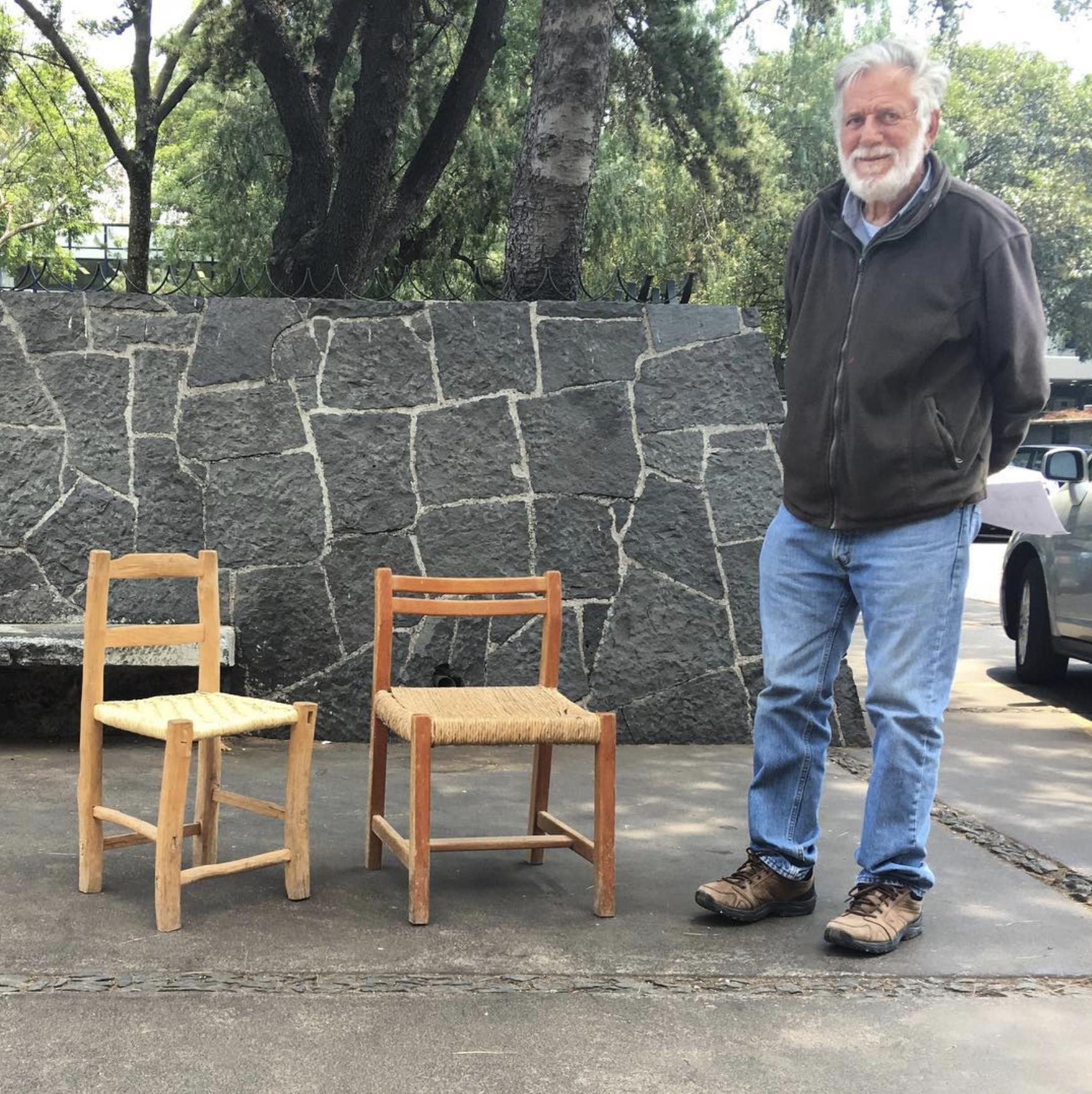 Oscar Hagerman junto a la silla arrullo (derecha) y la silla popular que la