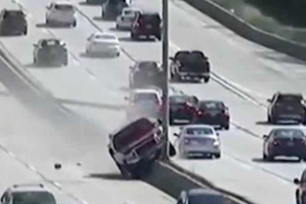 【ビデオ】高速道路の中央分離帯に乗り上げたピックアップ・トラックが、道路灯を次々となぎ倒す!