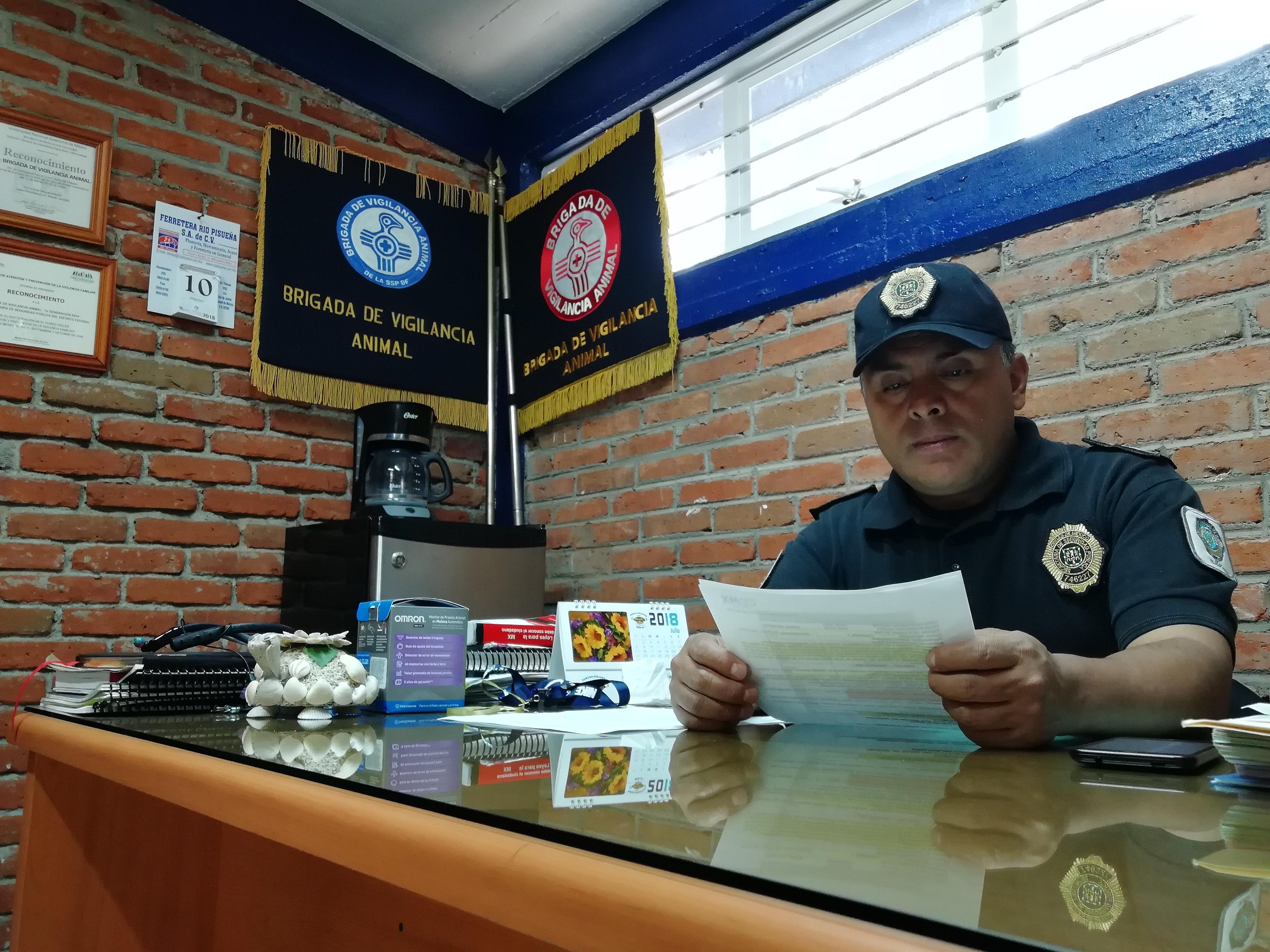 El titular de la Brigada Animal de la SSPCDMX en su estación en la delegación