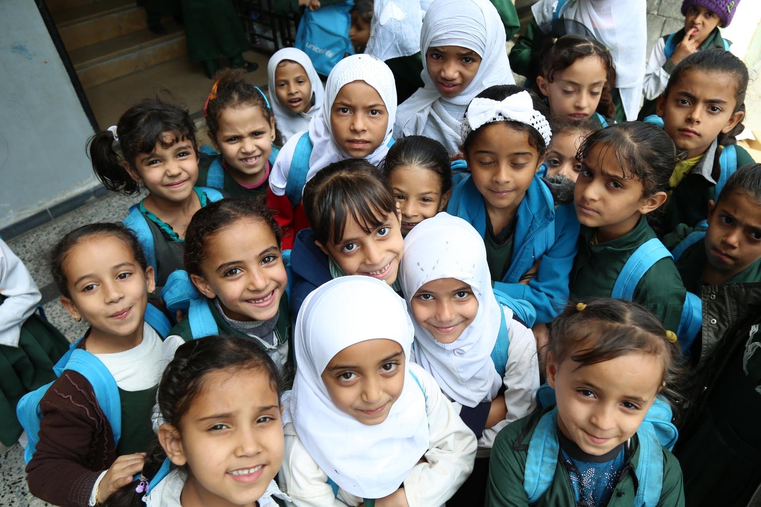 Le mardi 12 janvier 2016 : Des élèves qui ont reçu des sacs d'école de l'UNICEF se rassemblent dans la...
