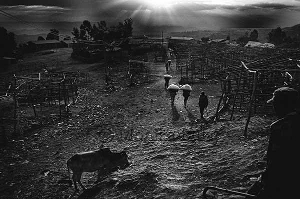 Al crepuscolo si svuota il bazar di Lalibela, in Etiopia, un complesso di chiese rupestri scavate nel...