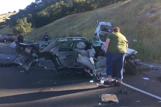 【ビデオ】衝突事故でシボレー「インパラ」が真っ二つに! 幸運にもドライバーは軽傷