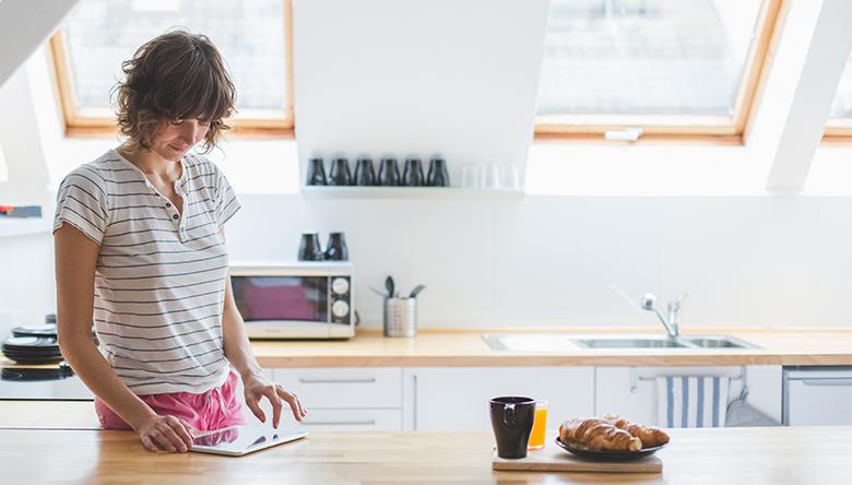 Femme, cuisine, lecture tablette