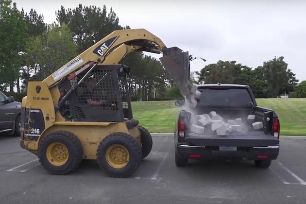 【ビデオ】「シルバラード」や「F-150」よりも強い! 今度はホンダ「リッジライン」の荷台にブロックを投下