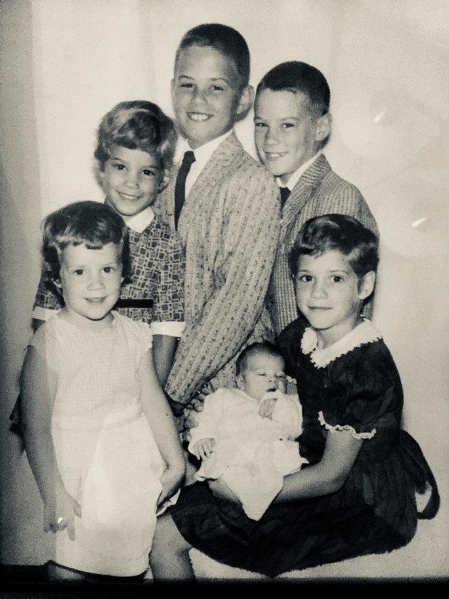 Dans le sens des aiguilles d'une montre: Marianne, Kathy, Michael, Tommy, et Terry, qui tient Patrick....