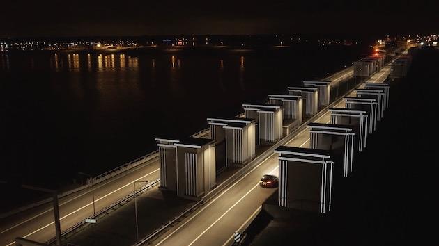 【ビデオ】一度はドライブしてみたい! 幻想的に光るオランダの大堤防「Gates of Light(光の門)」