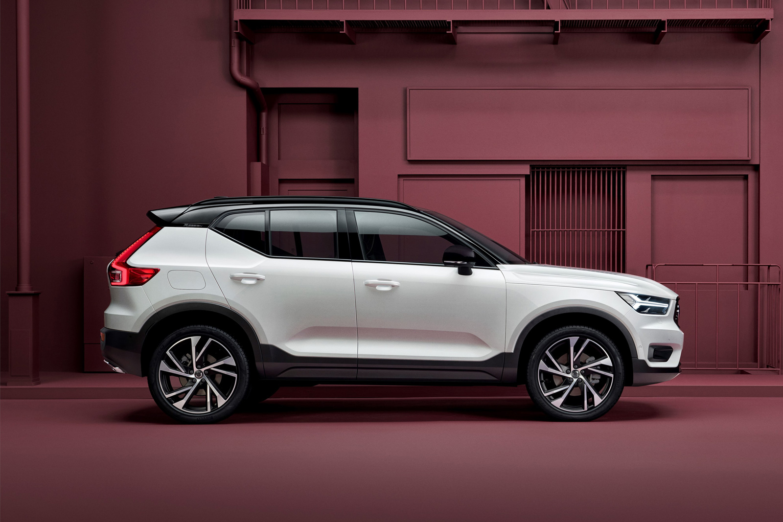 volvo-xc40-red-background.jpg