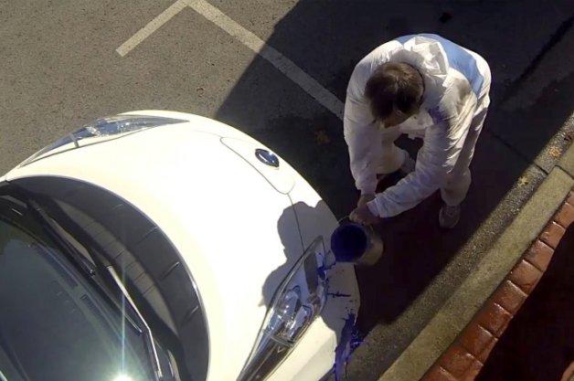 【ビデオ】真っ白な日産「リーフ」に青いペンキがドバっ..! 超撥水塗装を使ったどっきり映像