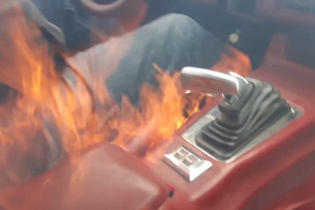 【ビデオ】700馬力に改造したクラシックなシボレー「カマロ」でドライブ中に突如炎が!