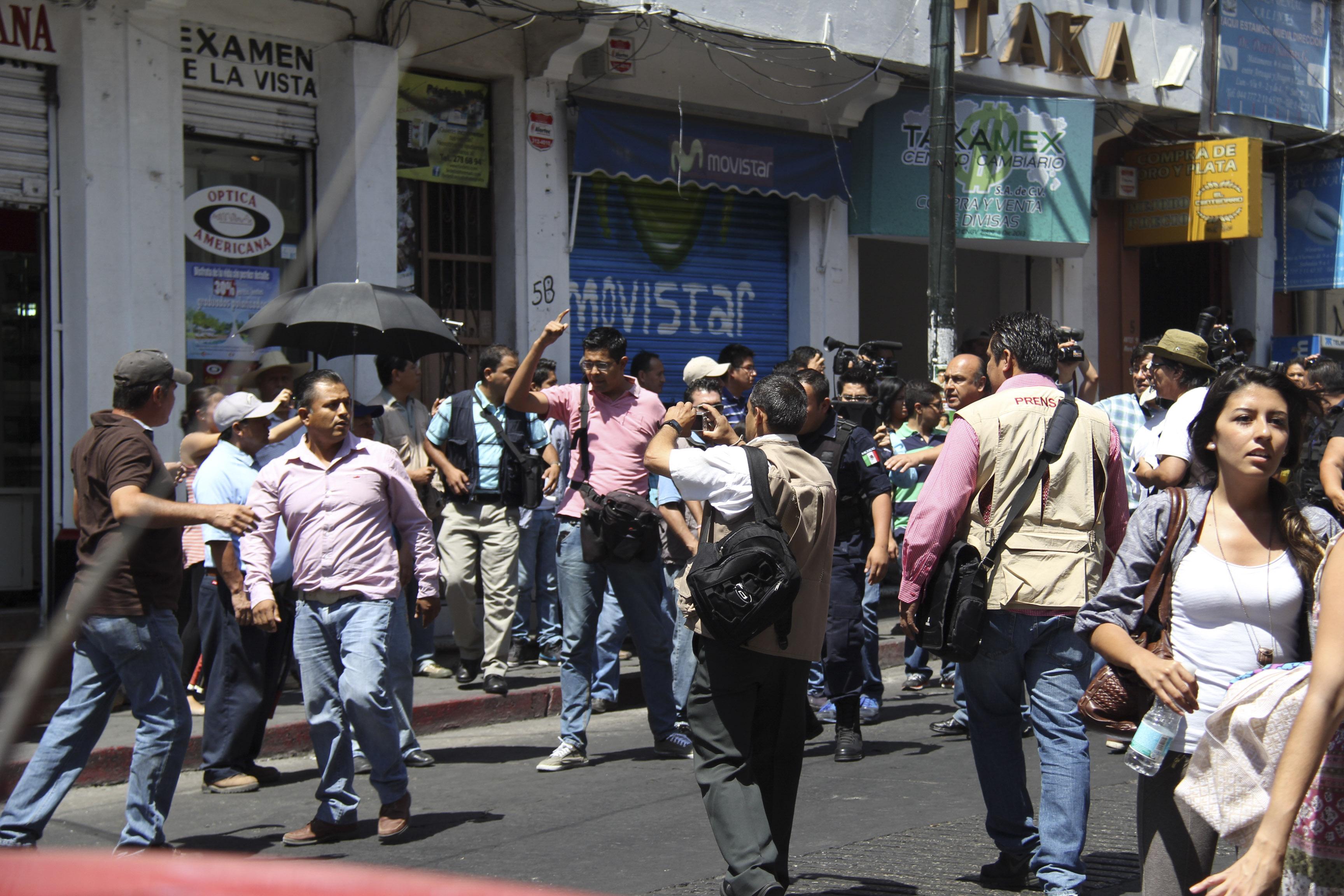 Habitantes del municipio de Amacuzac y simpatizantes del diputado local Alfonso Miranda agredieron a...