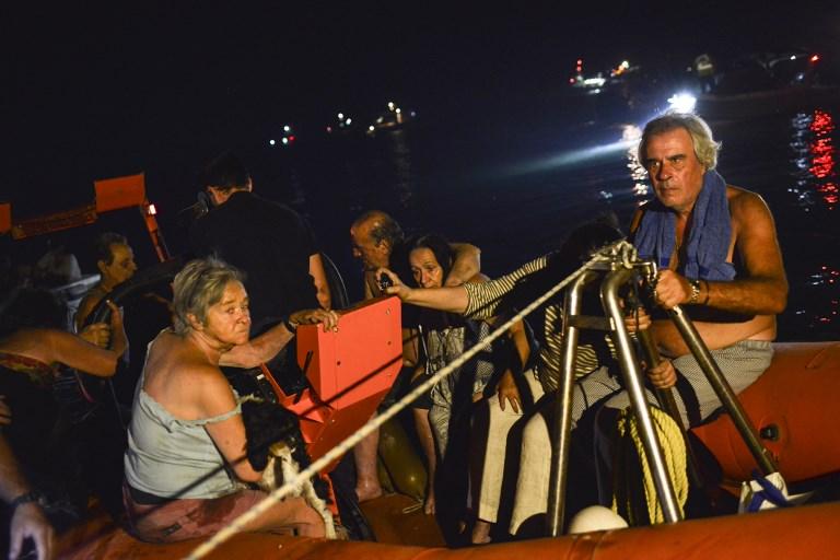 Incendies près d'Athènes: certains Grecs et touristes ont dû se jeter à l'eau pour échapper aux