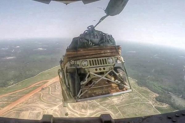 これはスゴい!】ジープをパラシュートで輸送機から投下! 迫力ある ...