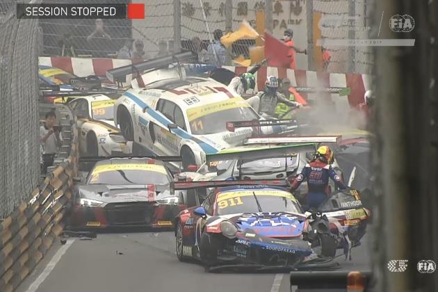 【ビデオ】マカオグランプリで、GTカー12台を巻き込む多重クラッシュと、モーターサイクルでの死亡事故が発生