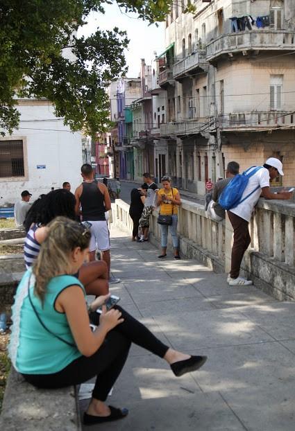 À la Havane, il est peu fréquent de voir en pleine rue quelqu'un consulter son cellulaire, à moins qu'il...