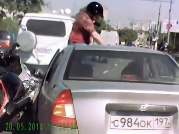 【ビデオ】ロシアのライダーとドライバーが路上で対決 ※視聴注意