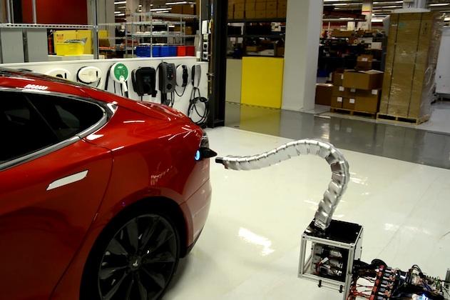 【ビデオ】テスラ「モデルS」を自動的に充電する、不気味なヘビ型チャージャー