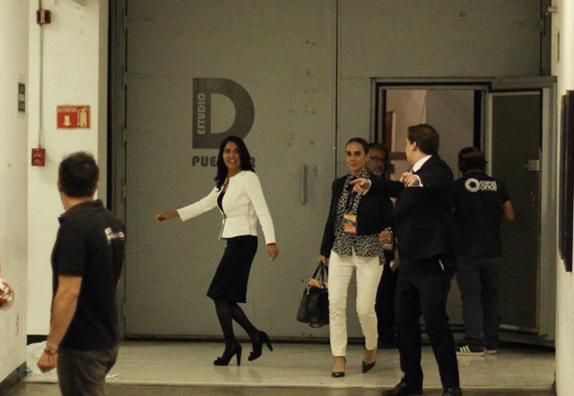 Alejandra Barrales sale al baño durante la única pausa en el primer debate entre los candidatos a la...