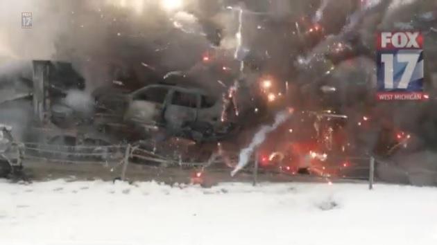 【ビデオ】米ミシガン州で193台もの自動車が玉突き事故 その内の1台が積んだ花火が大爆発